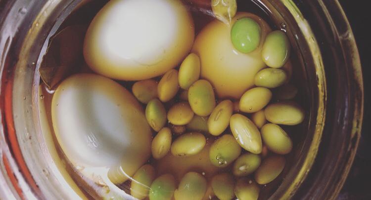 『山の暮らしとごはん』烏骨鶏の卵と枝豆のピクルス